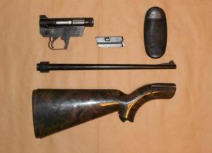 I cinque componenti dell'AR-7 che può essere assemblato o disassemblato in pochissimo tempo e senza attrezzi specifici